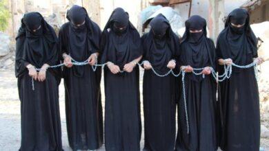 Photo of Jinên Şengalê li sûka jinên Êzidî lê hatibûn zincîrkirin meşiyan